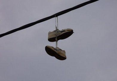 ¿Qué significan las zapatillas colgadas de los cables eléctricos?