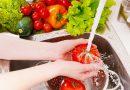 ¿Cuál es la forma adecuada de lavar frutas y verduras?